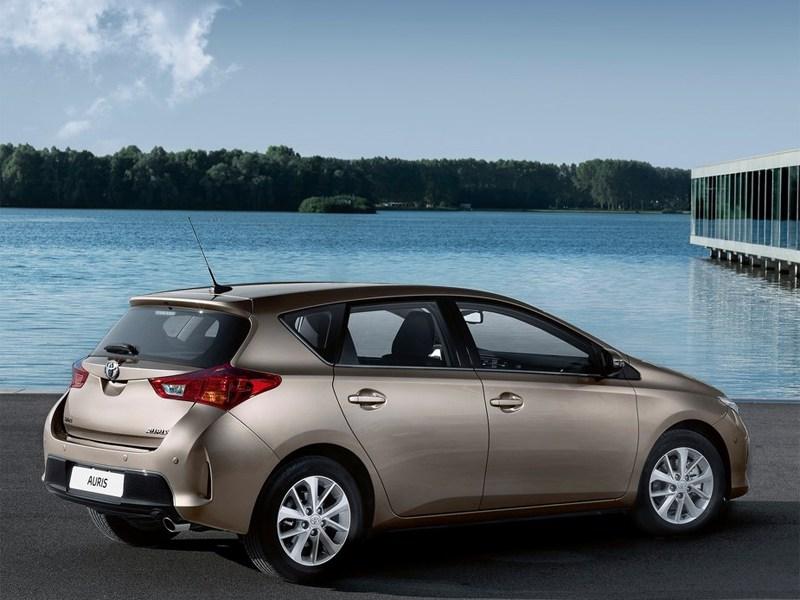 Toyota Auris 2013 вид сзади