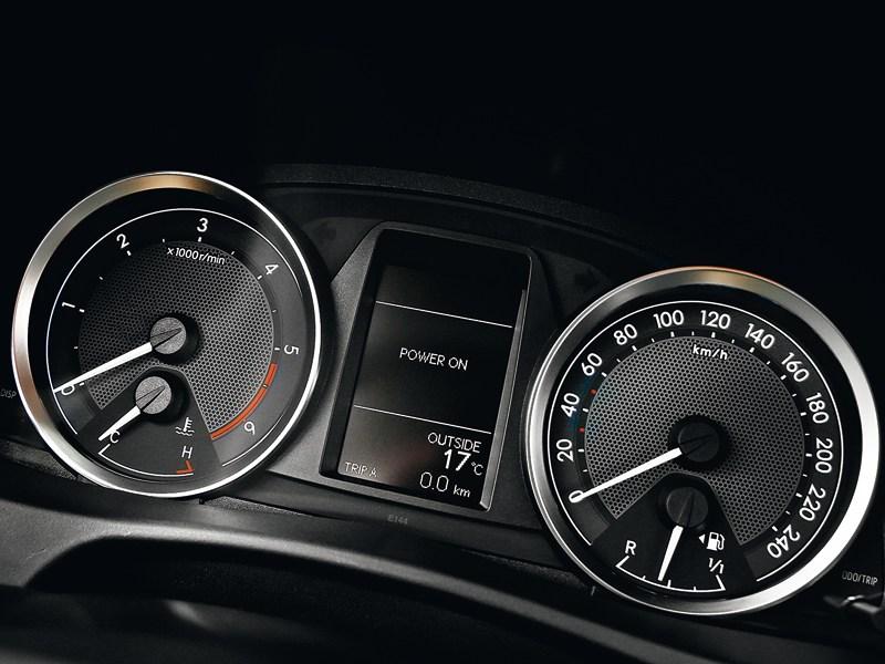 Toyota Auris 2013 приборная панель