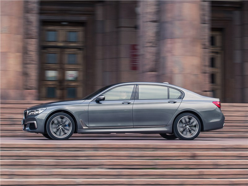 BMW M760Li xDrive 2017 вид сбоку