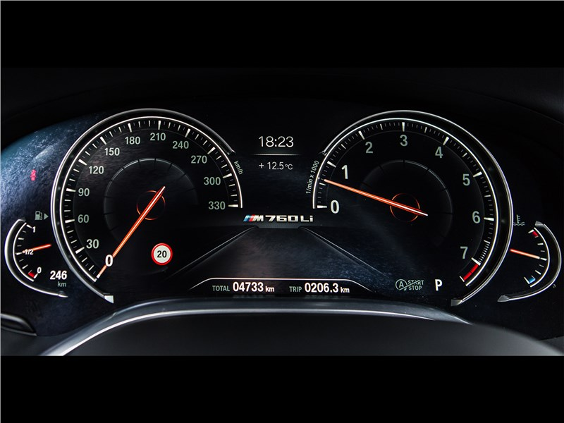 BMW M760Li xDrive 2017 приборная панель