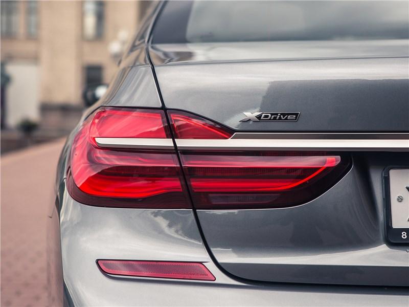 BMW M760Li xDrive 2017 задний фонарь