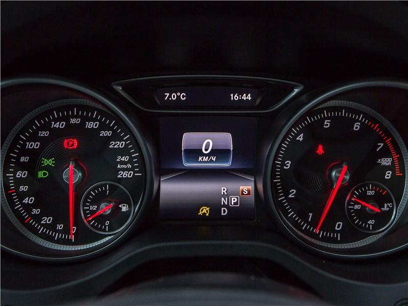 BMW X1 xDrive 2016 приборная панель