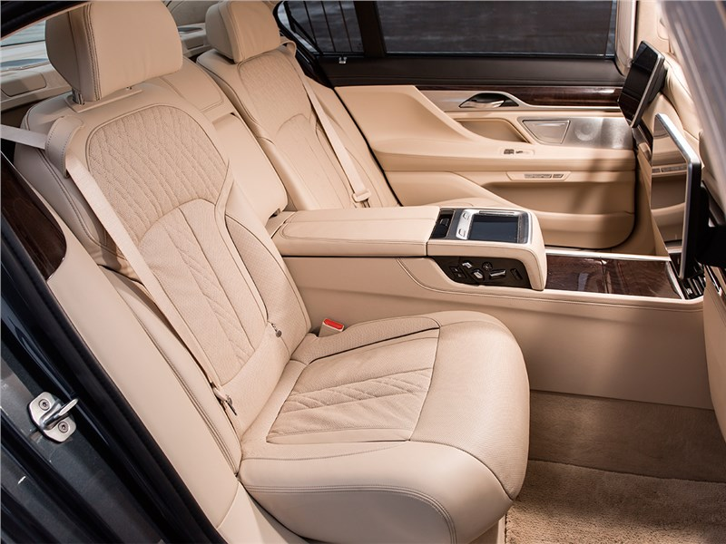 BMW 7-Series 2016 задние кресла