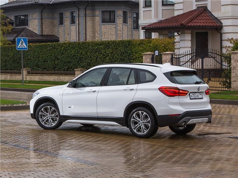 BMW X1 xDrive 2016 вид сзади