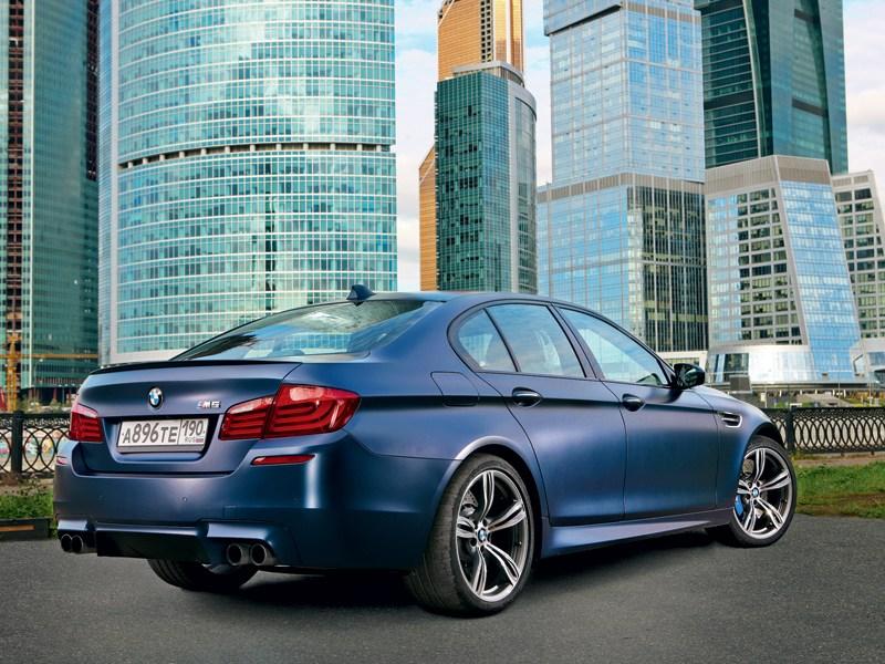 BMW M5 2011 вид сзади