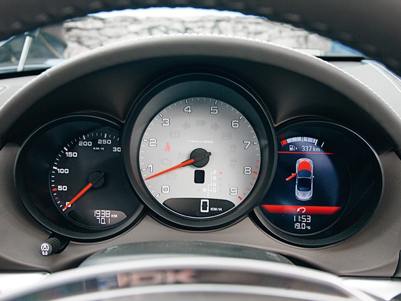 Porsche Boxster S 2012 приборная панель