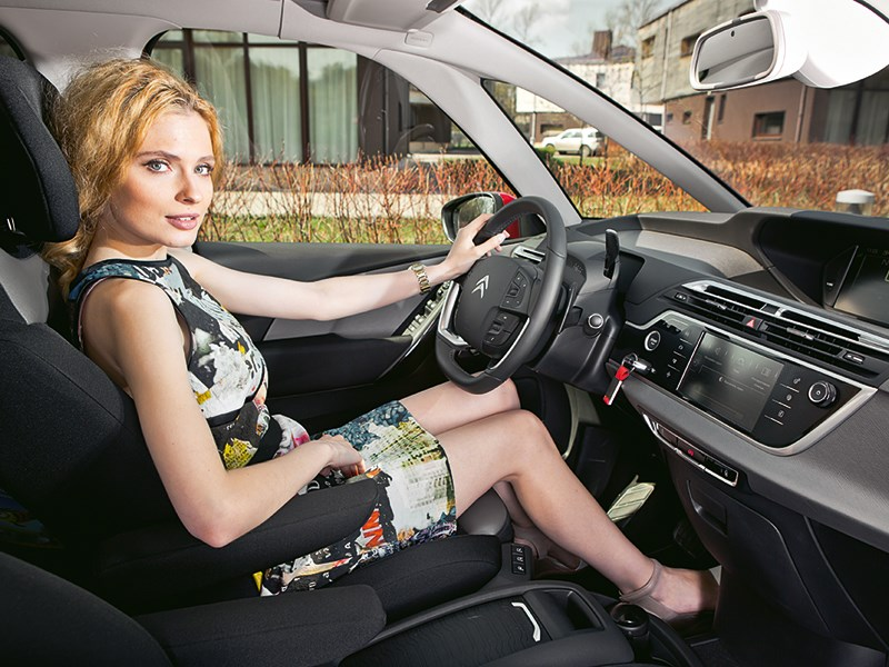 Citroen C4 Picasso 2014 женщина за рулем