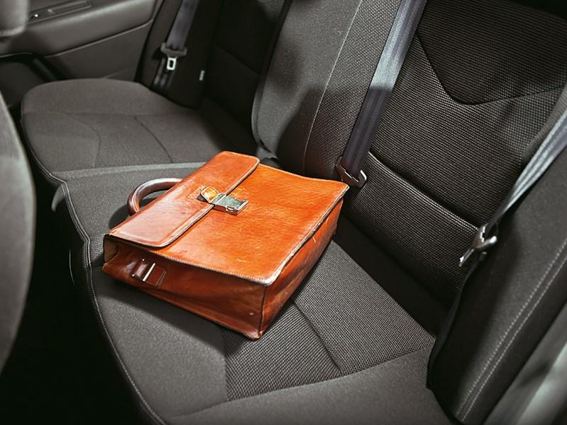 Citroen C4 sedan 2013 портфель на заднем диване