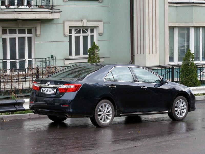 Toyota Camry 2012 вид сзади