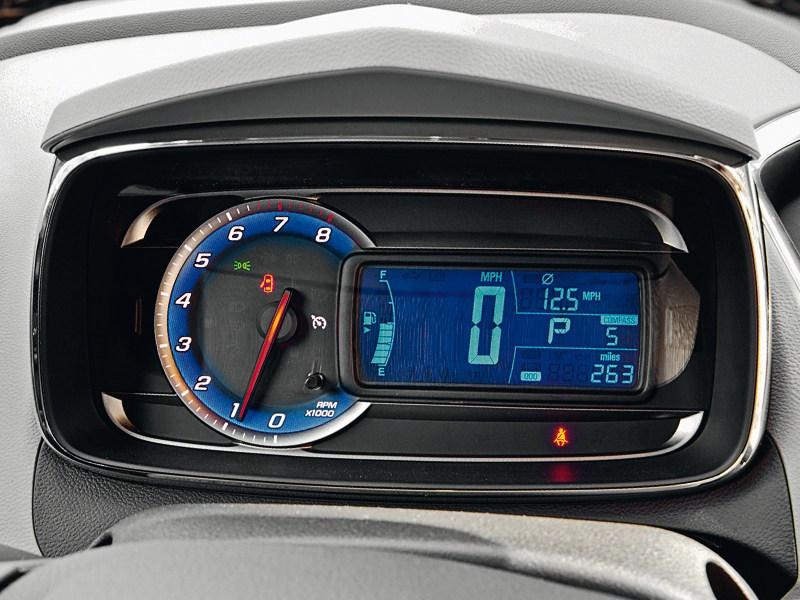 Chevrolet Tracker 2013 приборная панель