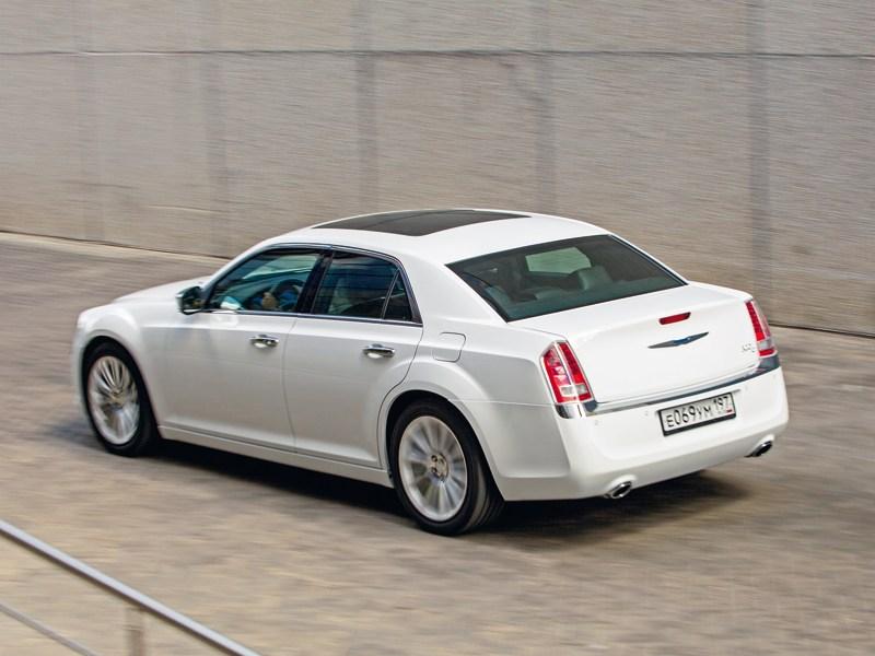Chrysler 300C 2011 вид сзади