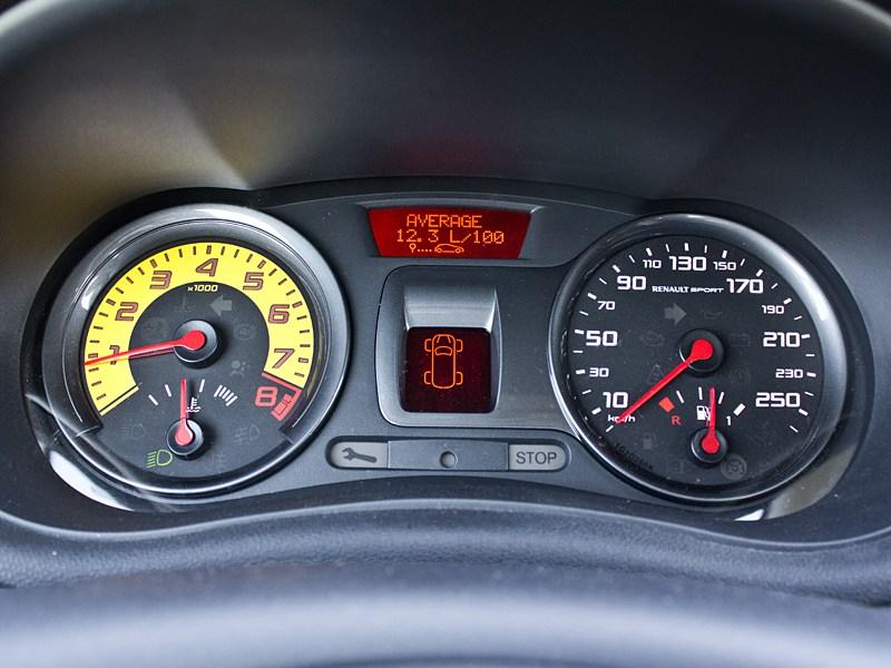 Renault Clio RS 2010 приборная панель
