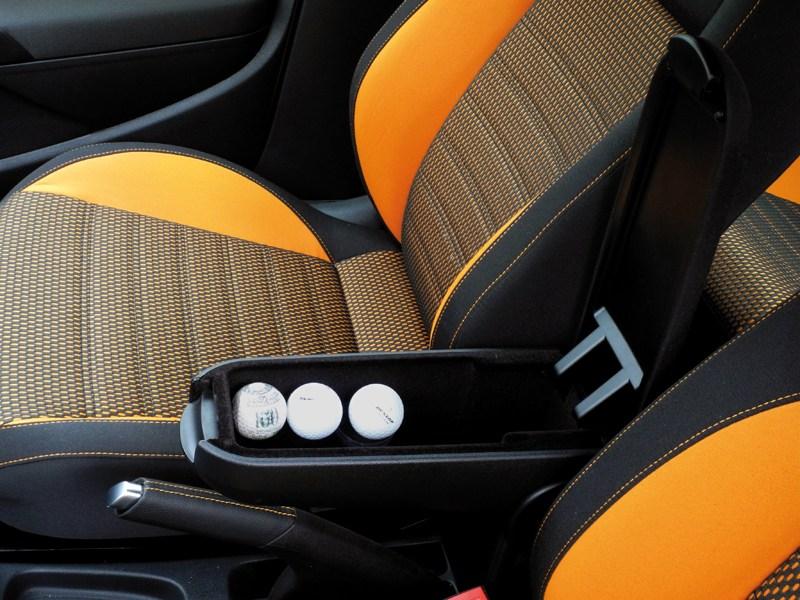 Volkswagen Cross Polo 2010 места для размещения вещей в салоне