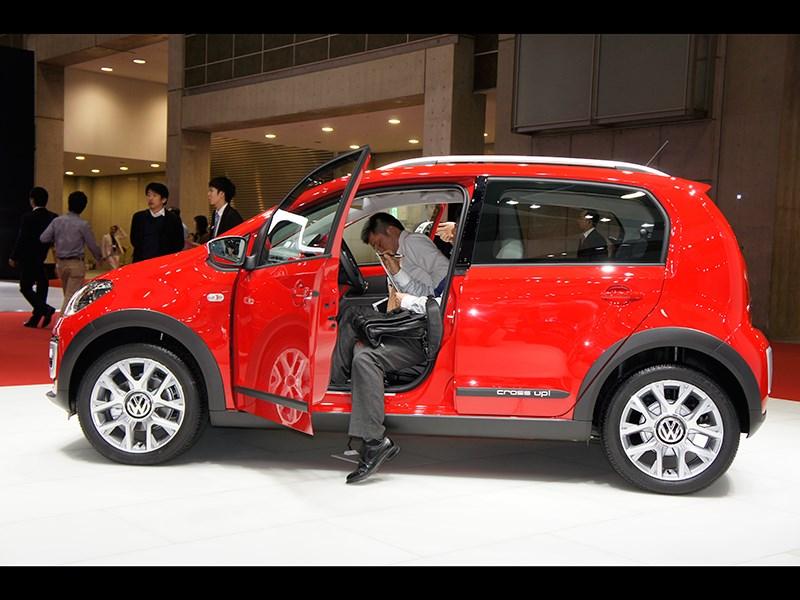 Volkswagen Cross Up! 2013 вид сбоку