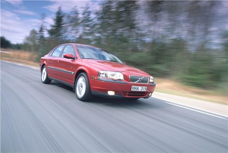 Volvo S80 2000 в динамике на шоссе фото 2