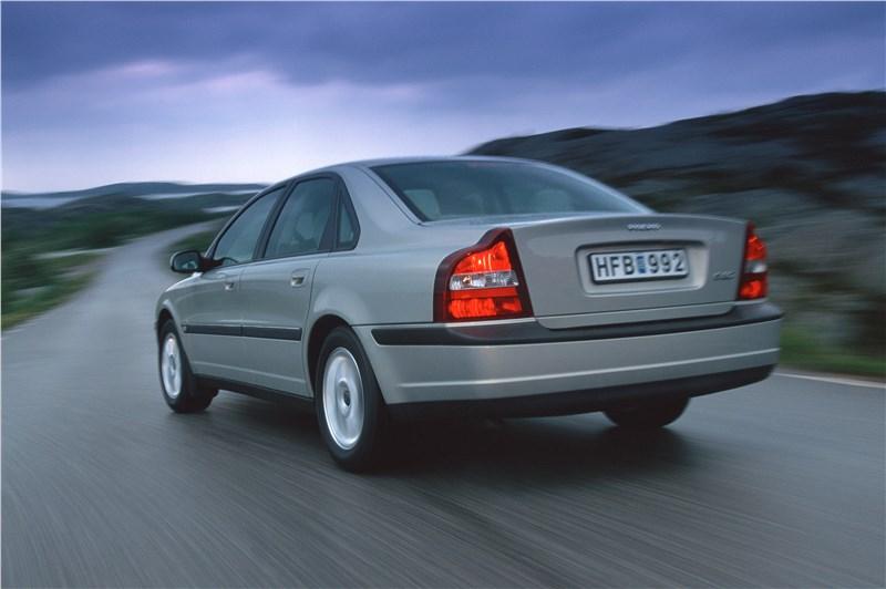 Volvo S80 2000 в динамике на шоссе фото 1