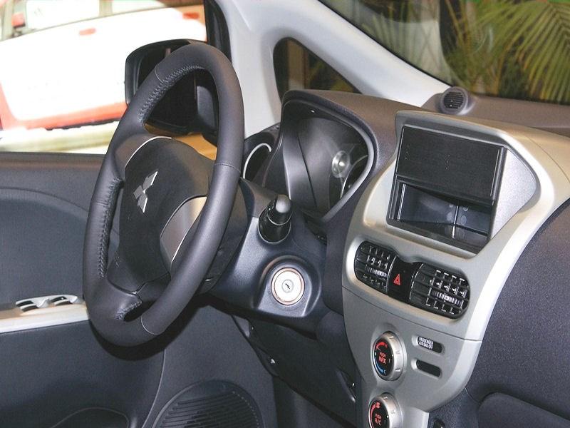 Mitsubishi i-MiEV 2009 место водителя вид справа