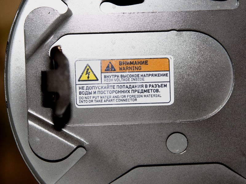 Mitsubishi i-MiEV 2009 предупреждение об опасности попадания воды на электроразъемы