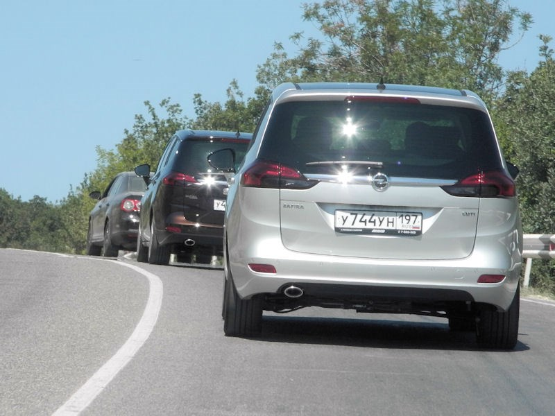 Opel Zafira Tourer 2012 вид сзади на шоссе