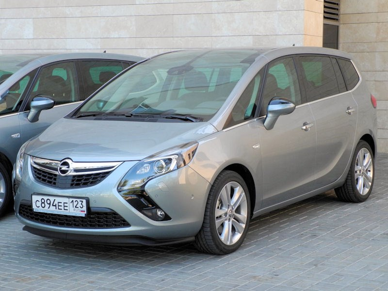 Opel Zafira Tourer 2012 вид спереди слева