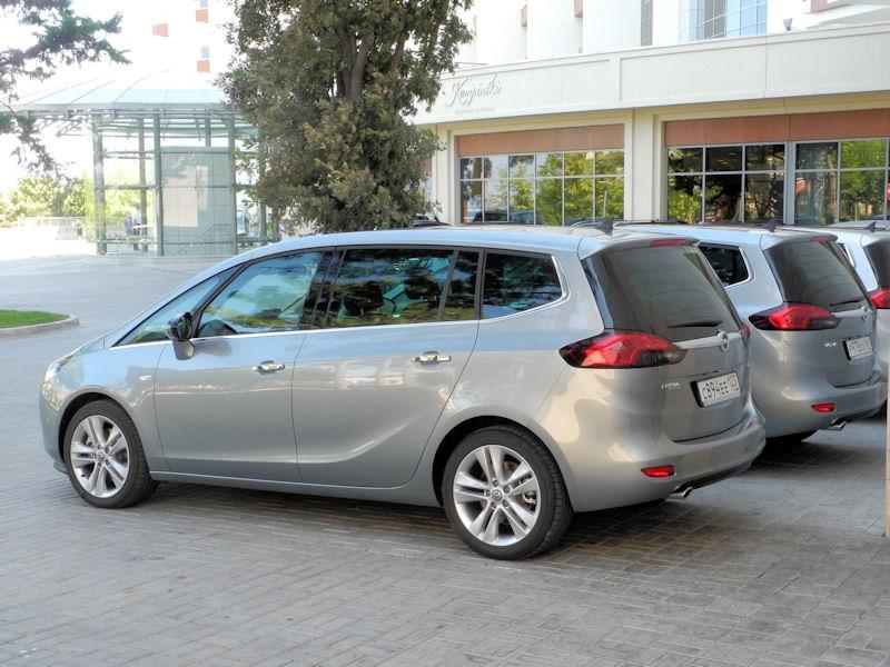 Opel Zafira Tourer 2012 вид слева сзади