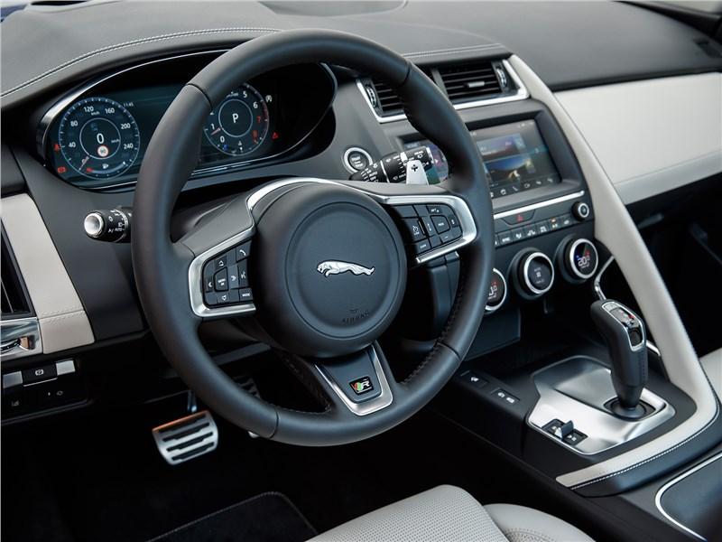 Jaguar E-Pace 2018 водительское место