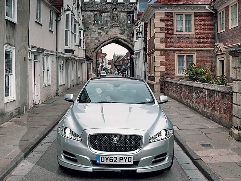 Jaguar XJ 2010 вид спереди