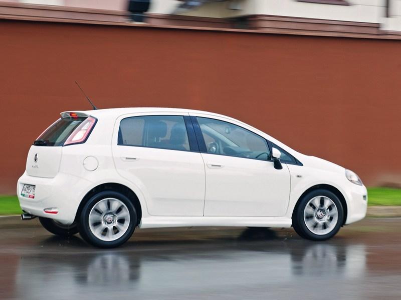 Fiat Punto 2012 вид сбоку