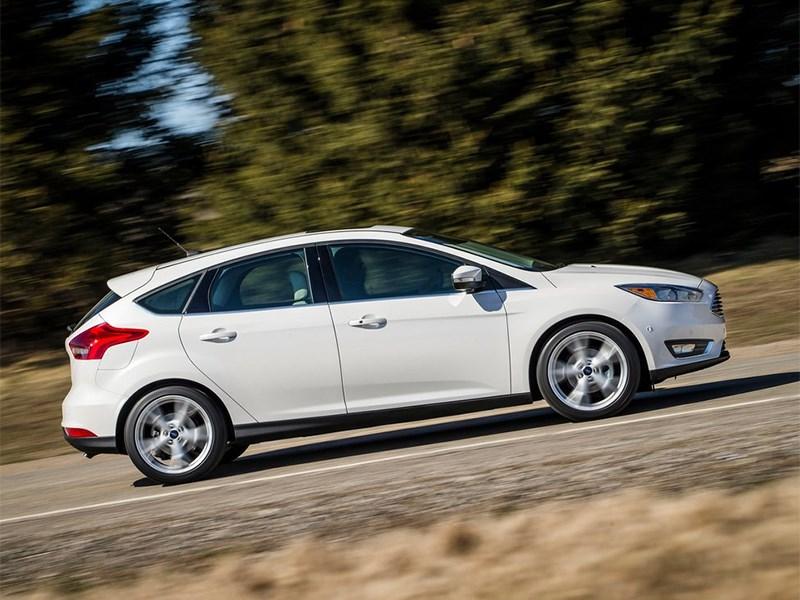Ford Focus 2014 вид сбоку белый фото 2
