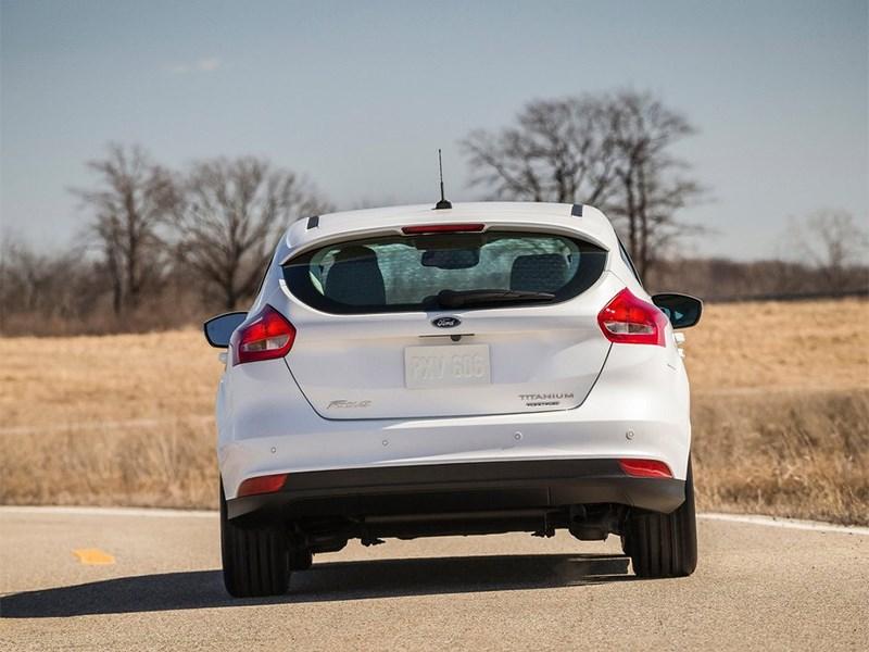 Ford Focus 2014 вид сзади белый