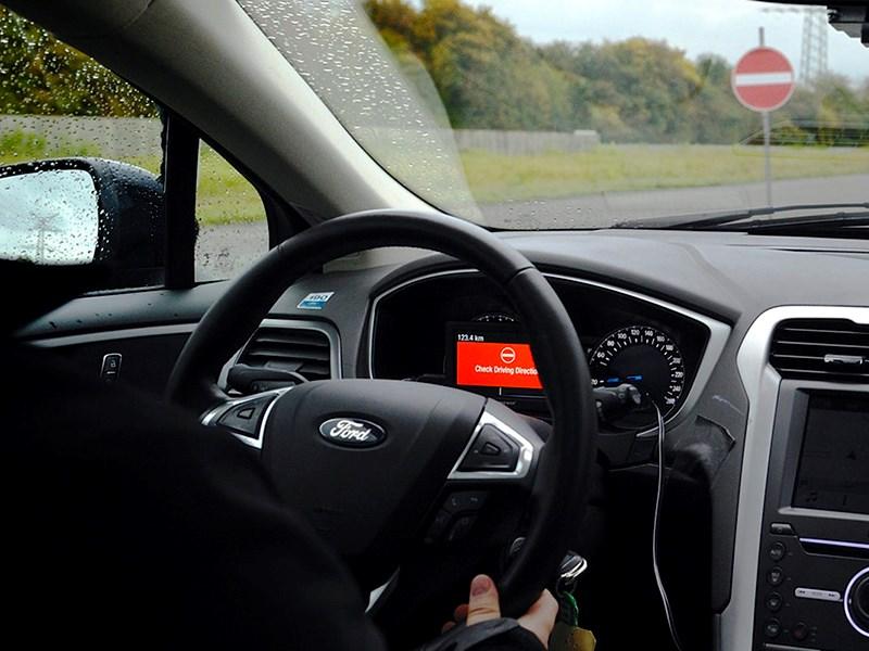 Ford представил систему предупреждений о выезде на «встречку»
