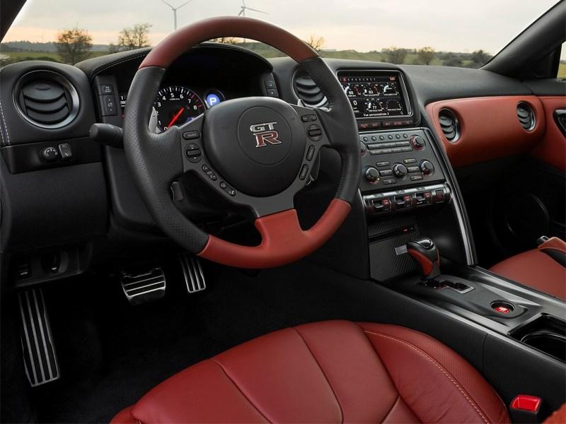 Nissan GT-R 2013 водительское место