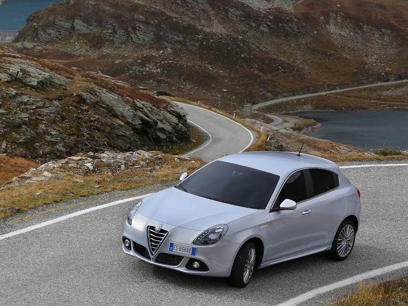 Alfa Romeo Giulietta 2014 вид спереди сверху фото 2