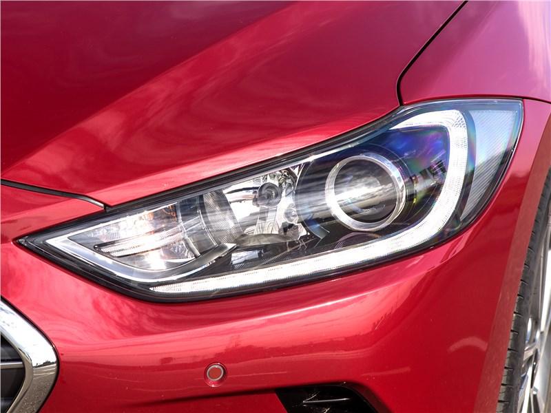 Hyundai Elantra 2017 передняя фара