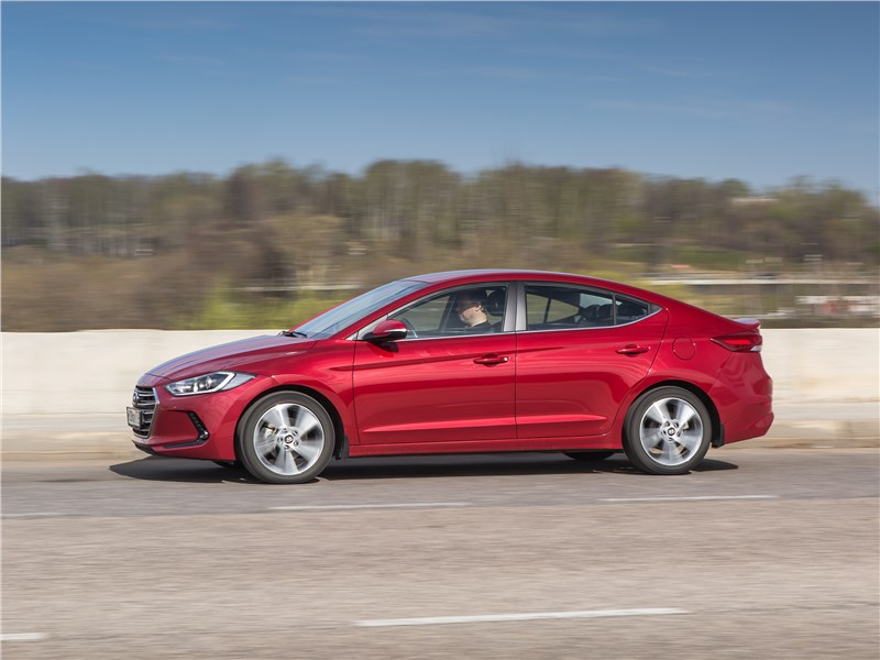 Hyundai Elantra 2017 вид сбоку
