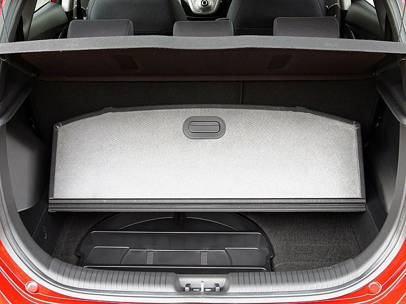 Hyundai iX20 2010 багажник имеет вместетельное подполье