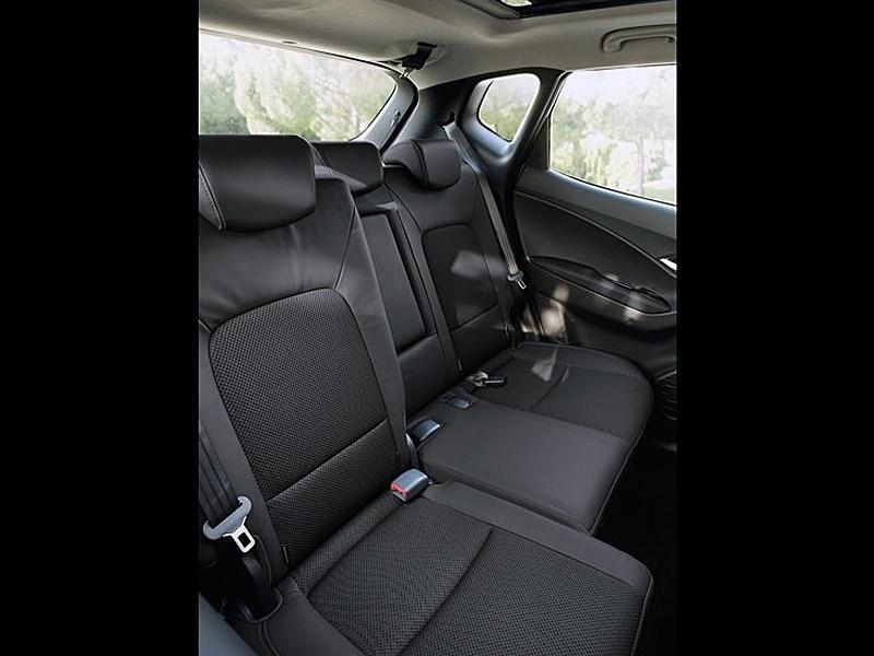 Hyundai iX20 2010 обладает возможностью перемещения частей заднего дивана вперед-назад