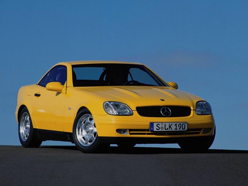 Родстер Mercedes-Benz SLK вид спереди с закрытой крышей
