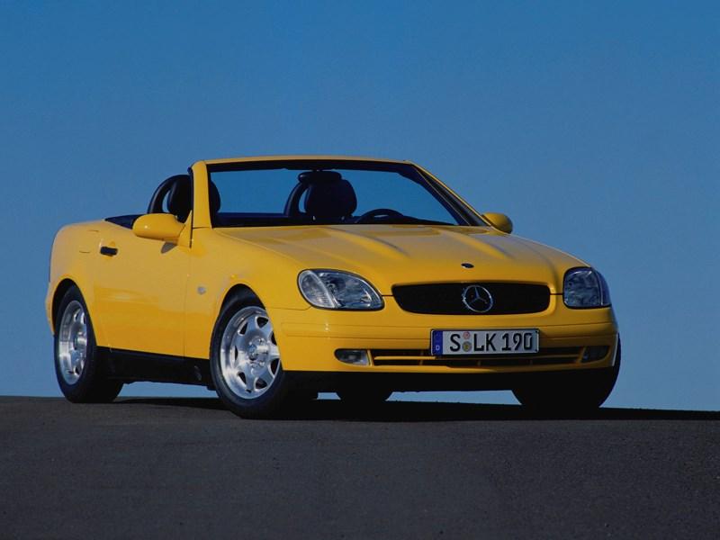 Родстер Mercedes-Benz SLK вид спереди с открытой крышей