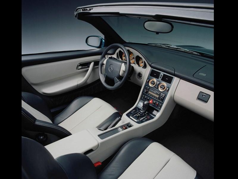 Кокпит родстера Mercedes-Benz SLK первого поколения вид справа