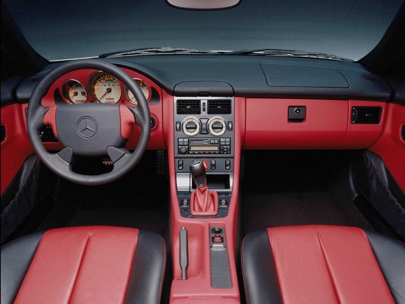 Кокпит родстера Mercedes-Benz SLK первого поколения вид сзади