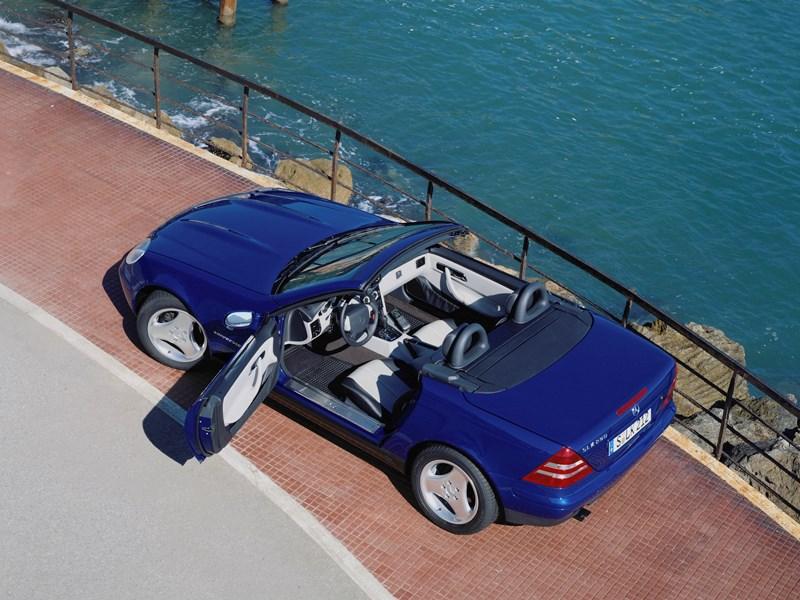 Родстер Mercedes-Benz SLK вид сверху с открытой крышей