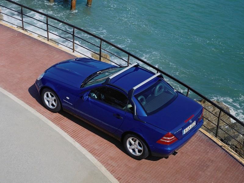 Родстер Mercedes-Benz SLK вид сверху с закрытой крышей и багажными рейлингами