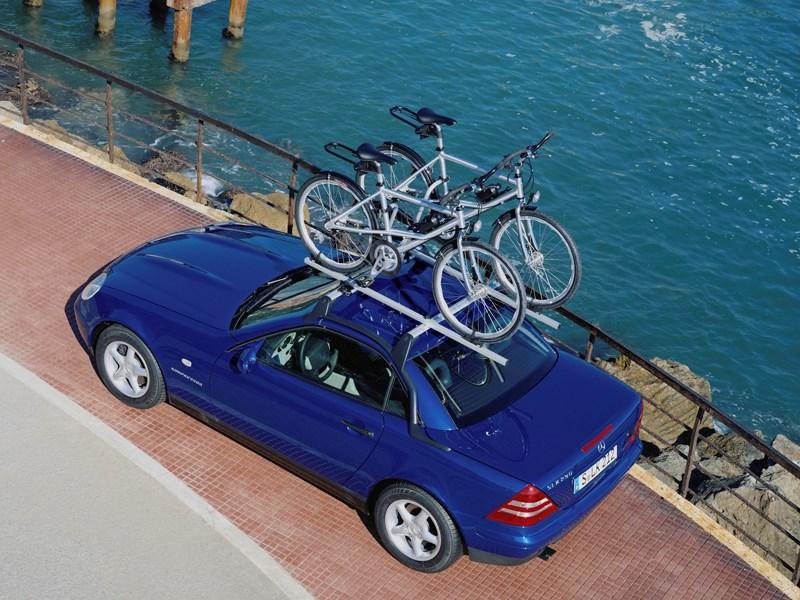 Родстер Mercedes-Benz SLK вид сверху с багажом на крыше фото 1