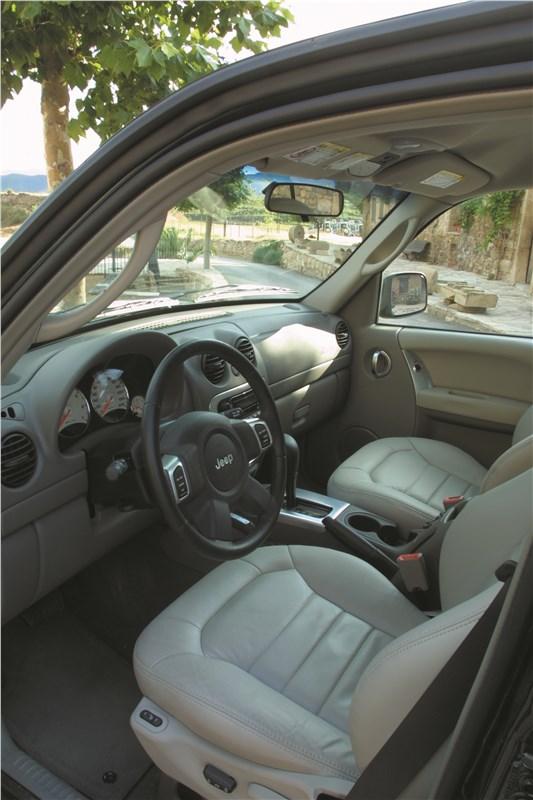 Jeep Cherokee 2001 вид на передние сиденья со стороны водительской двери