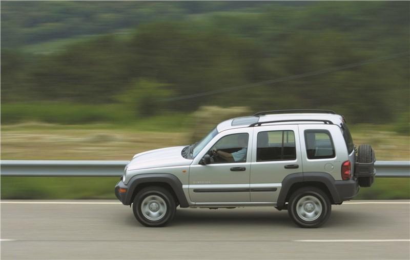Jeep Cherokee 2001 на шоссе