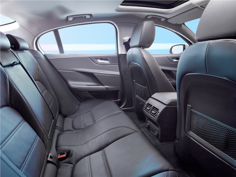 Jaguar XE 2017 задний диван