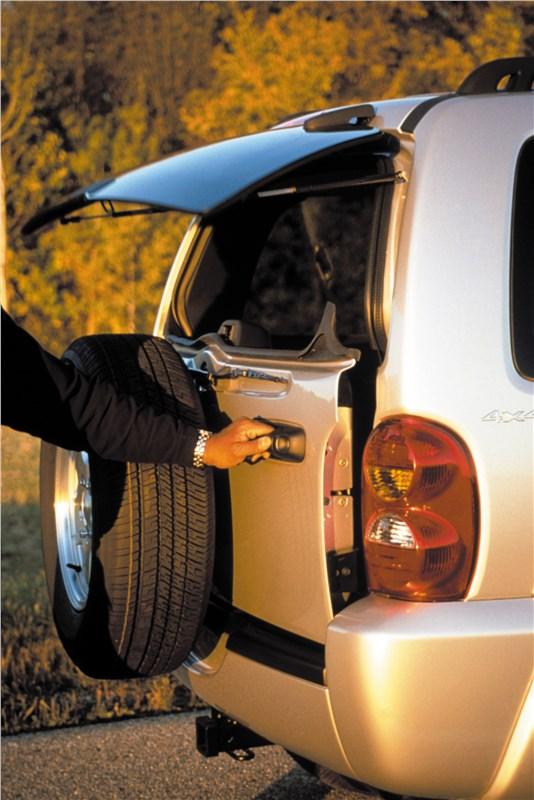 Jeep Cherokee 2001 дверь багажного отделения открывается вбок отдельно от стекла