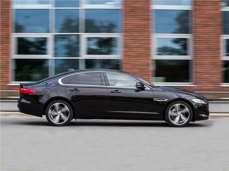 Jaguar XF 2.0 D 2016 вид сбоку