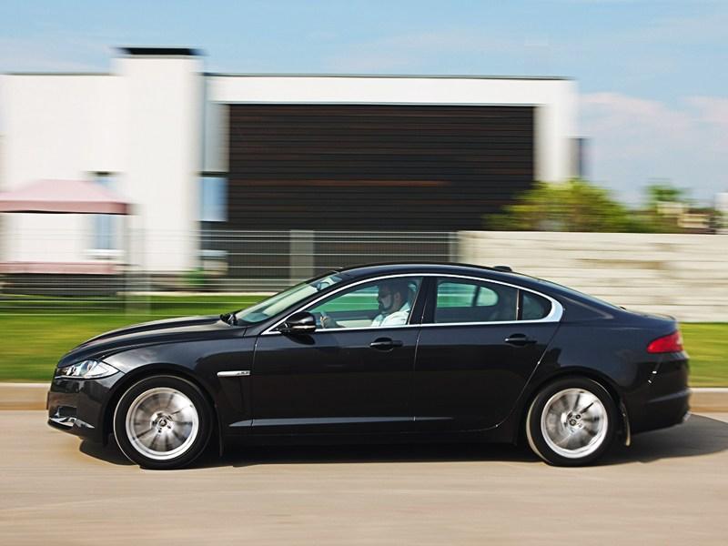 Jaguar XF 2011 вид сбоку